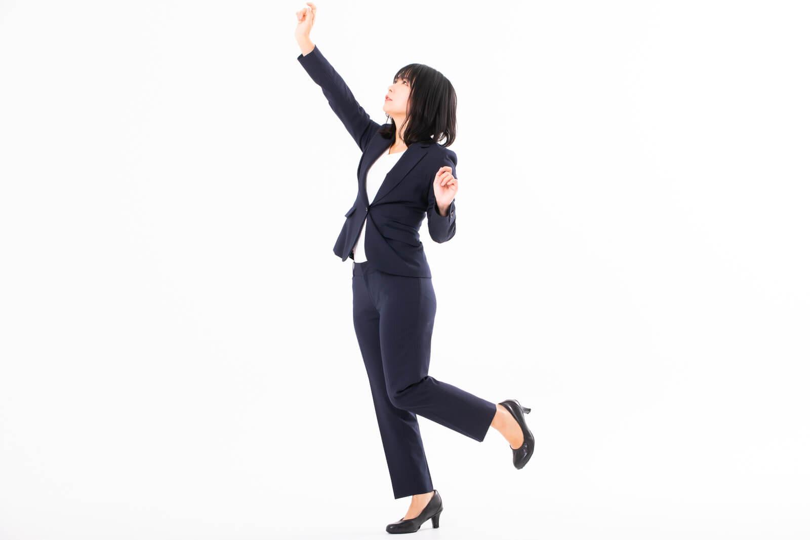 上に手を伸ばす女性