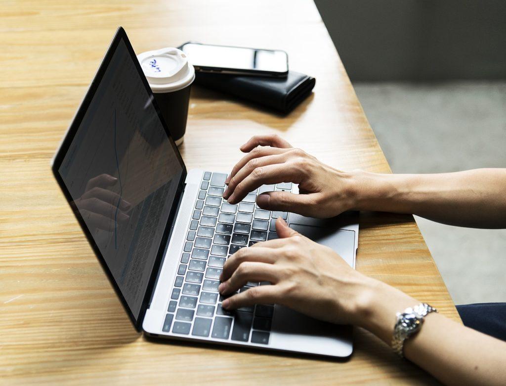 ノートパソコンを操作するイメージ