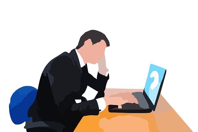 パソコン前で悩む男性