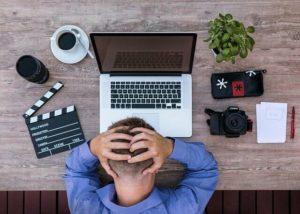 パソコンと悩む男性