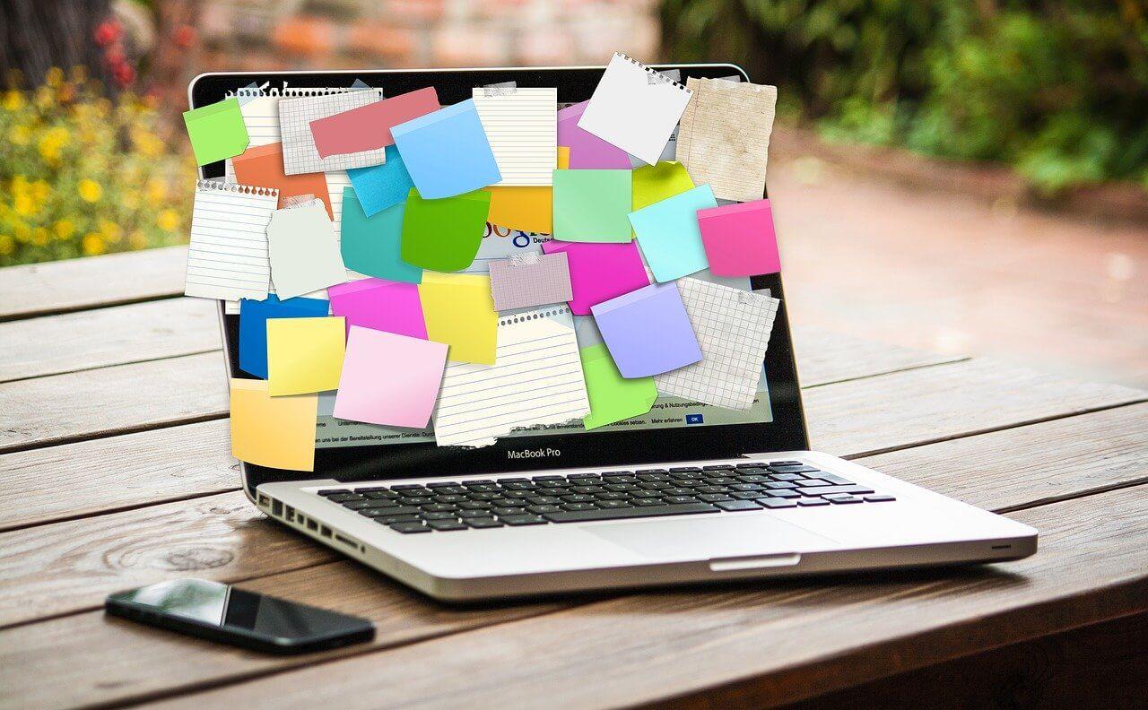 ノートパソコンの画面に大量のポストイット